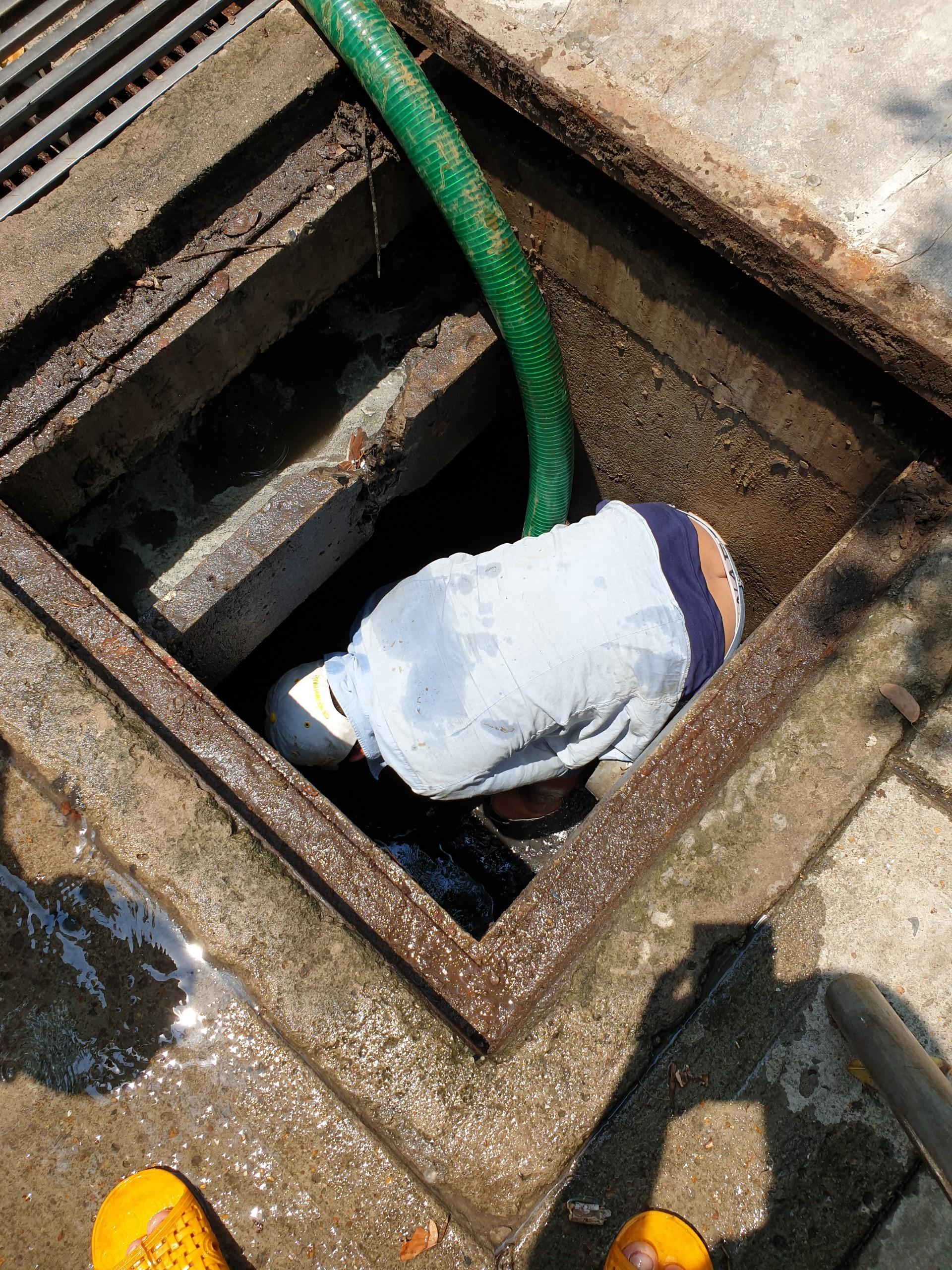 Hút hầm cầu trong cụm công nghiệp Phạm Văn Cội